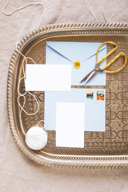 Composition de l'enveloppe et des papiers sur le plateau Photo gratuit