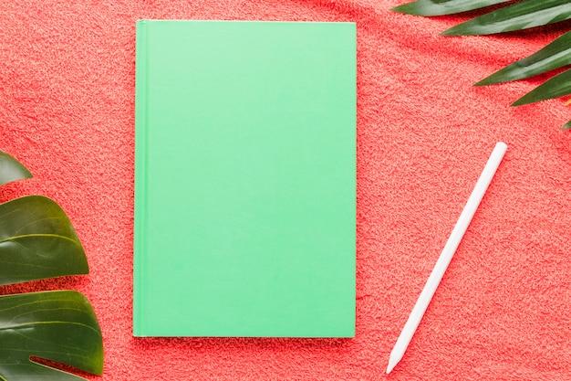 Composition d'été avec carnet de croquis sur fond clair Photo gratuit