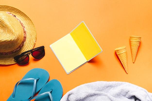 Composition d'été avec des cônes de cahier et de la crème glacée sur fond clair Photo gratuit