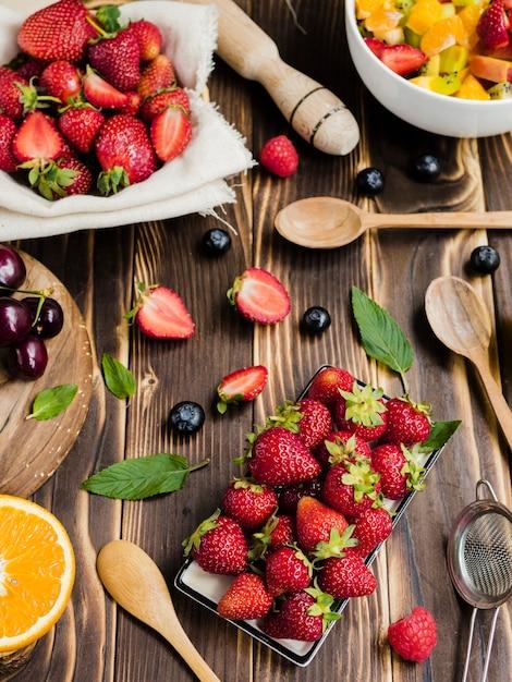 Composition d'été avec de délicieuses baies sur la table Photo gratuit
