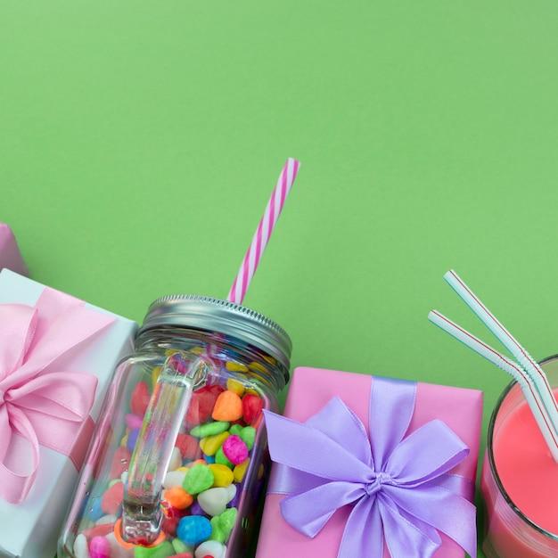Composition festive ensemble de coffrets cadeaux avec des matériaux de cocktail boules de bonbons. Photo Premium