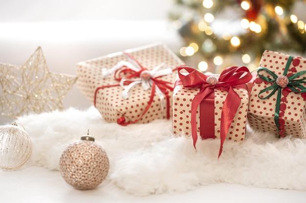 Composition Festive De Noël Avec Trois Coffrets Cadeaux Sur Fond De Bokeh Se Bouchent. Photo gratuit