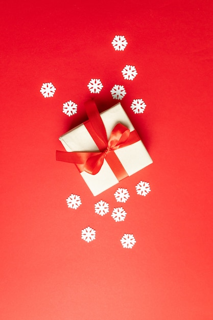 Composition De Fête Avec Des Flocons De Neige Et Une Boîte Cadeau Rouge. L'hiver . Pose à Plat, Vue De Dessus, Surface Photo Premium