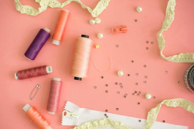 Composition avec fils et accessoires de couture sur fond de couleur, pose à plat Photo Premium