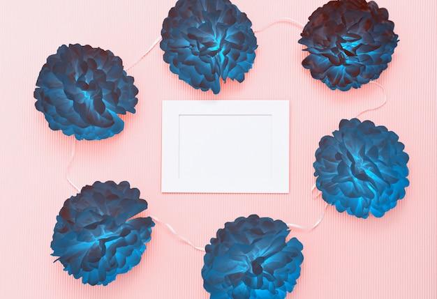 Composition avec fleurs coupées de papier et cadre blanc vierge pour texte Photo Premium