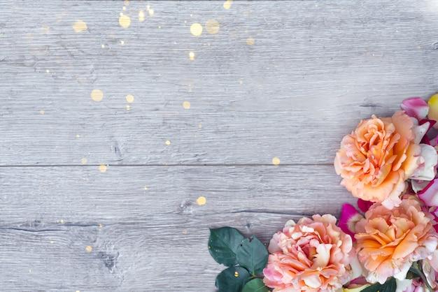Composition de fleurs sur fond en bois. fond de saint valentin. Photo Premium