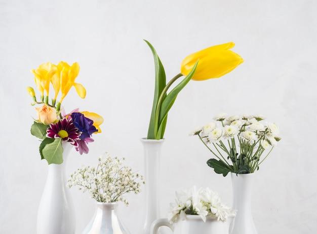 Composition De Fleurs Fraîches Dans Des Vases Photo gratuit