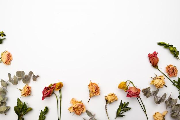Composition De Fleurs Séchées. Monture En Rose Séchée. Mise à Plat, Vue De Dessus Motif Floral D'automne Photo Premium