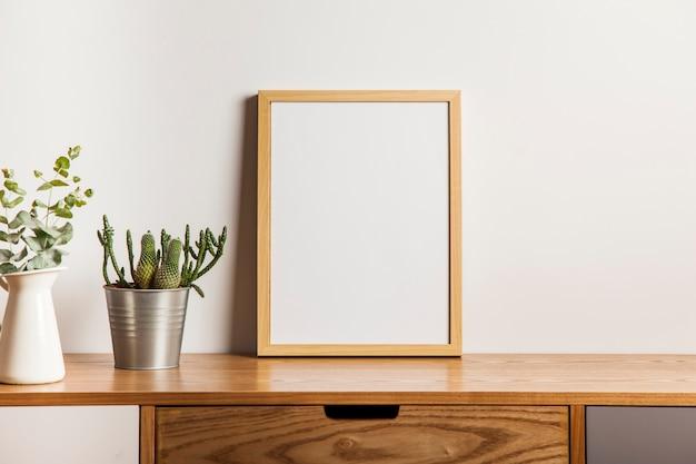Composition Florale Avec Cadre Sur Table Photo Premium