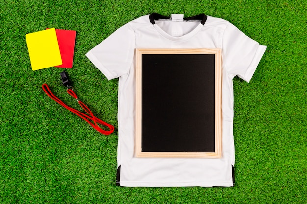 Composition de football avec ardoise sur le maillot Photo gratuit