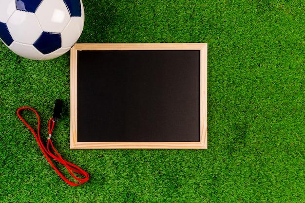 Composition de football avec ardoise Photo gratuit