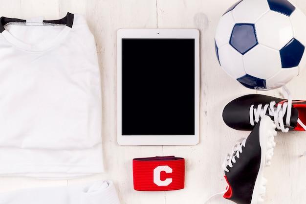 Composition de football avec tablette Photo gratuit