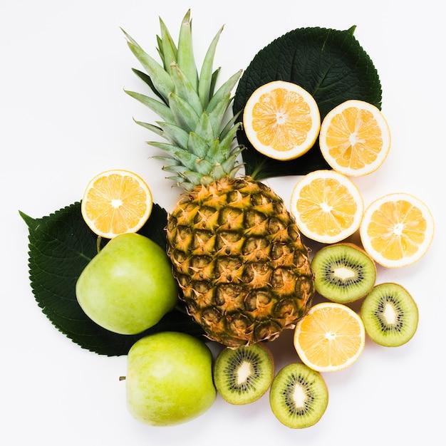 Composition de fruits exotiques frais sur fond blanc Photo gratuit