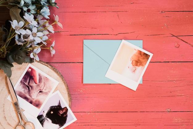 Composition gaie avec des photos et enveloppe bleue Photo gratuit