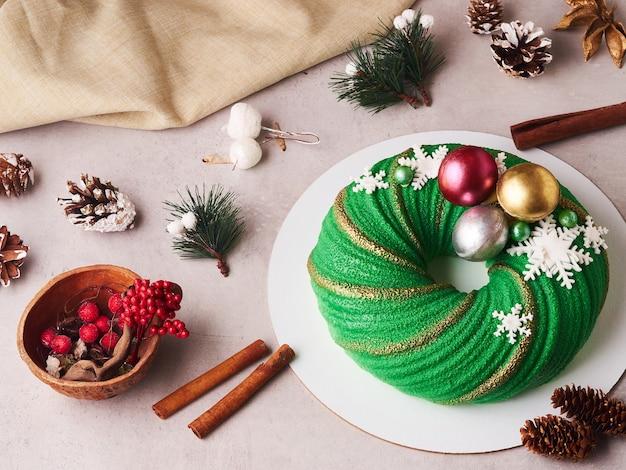 Composition De Gâteau De Noël Vert Avec Des Cônes Et De La Cannelle Photo Premium