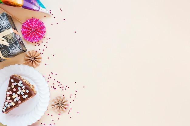 Composition avec un gâteau en tranches et un espace de copie Photo gratuit