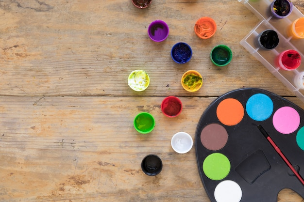 Composition de gouache et palette sur un bureau Photo gratuit