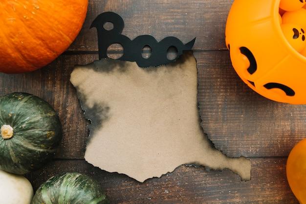Composition d'halloween avec papier brûlé et signe boo Photo gratuit