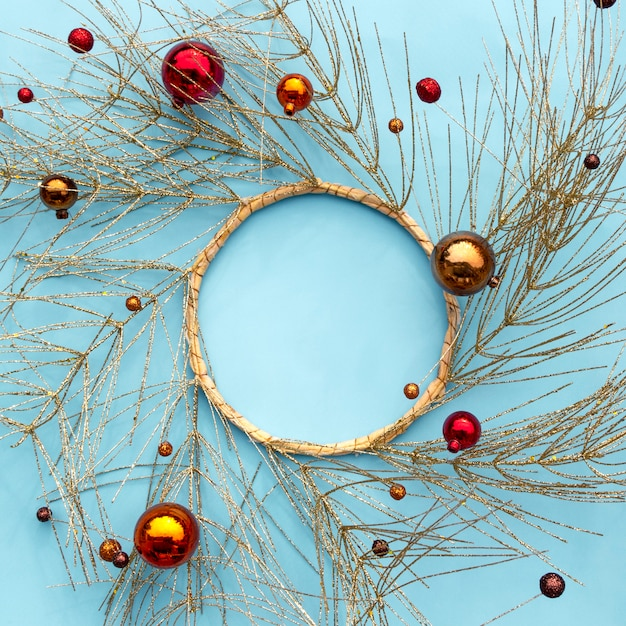Composition d'hiver de noël ou du nouvel an. cadre rond composé de branches d'arbres dorées et d'ornements de noël décoratifs. Photo Premium