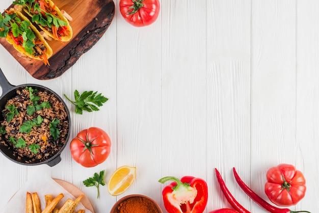 Composition laïque plat de la cuisine mexicaine avec fond Photo gratuit