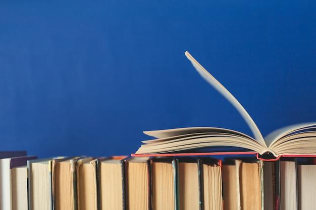 Composition avec des livres sur la table Photo Premium