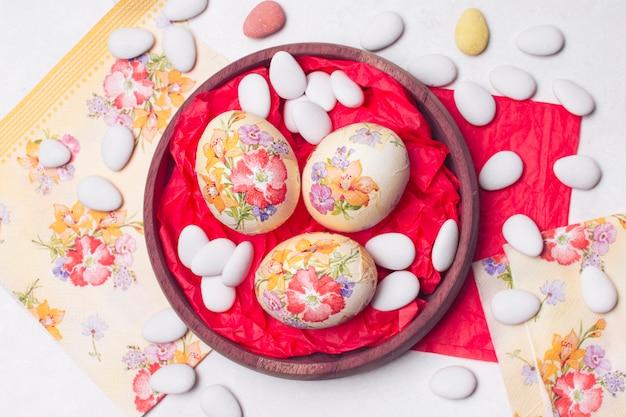Composition lumineuse d'oeufs de pâques découpés Photo gratuit