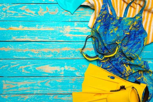 Composition avec maillot de bain sur fond en bois de couleur Photo Premium