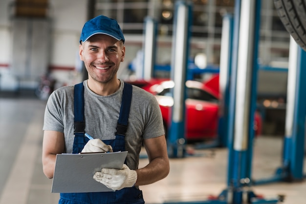 Composition de mécanicien automobile moderne Photo gratuit