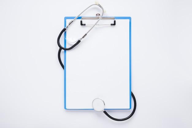 Composition médicale plate poser avec modèle de presse-papiers Photo gratuit