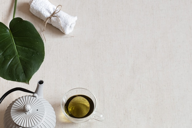 Composition Minimaliste Avec Du Thé Vert Dans Une Tasse, Une Théière Et Des Accessoires De Bain. Concept De Santé Et De Beauté. Photo gratuit