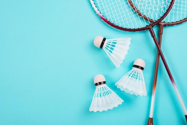 Composition moderne d'équipement de badminton Photo gratuit