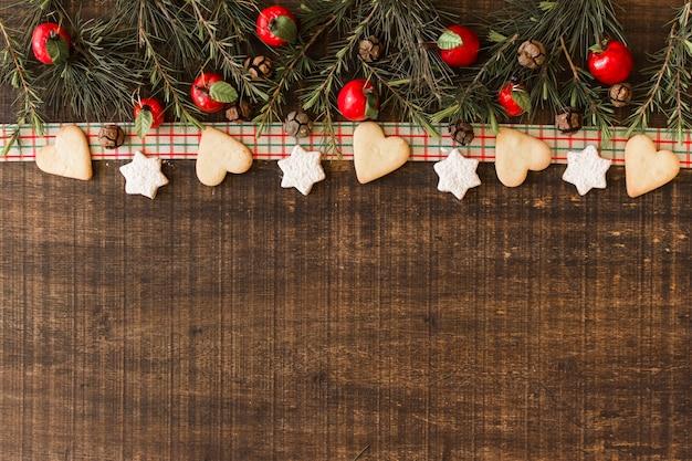 Composition de noël de biscuits avec des branches Photo gratuit