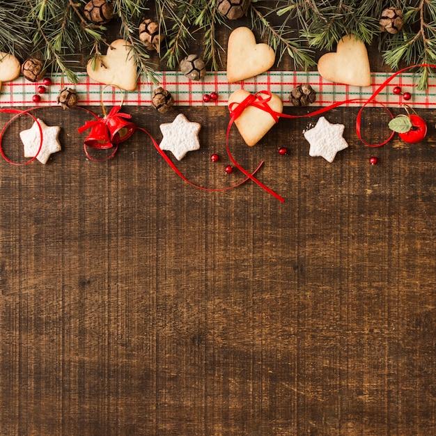Composition de noël de biscuits avec des cônes Photo gratuit