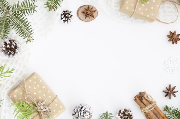 Composition De Noël. Boîte De Cadeau De Noël Faite à La Main, Pommes De Pin Photo Premium
