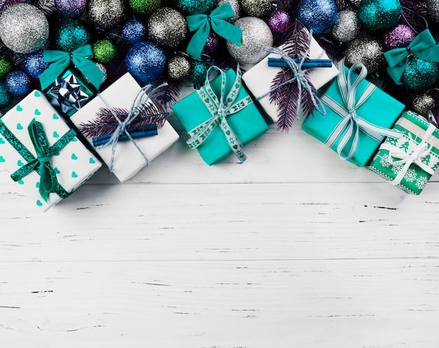 Composition de noël de boîtes-cadeaux et de boules colorées Photo gratuit