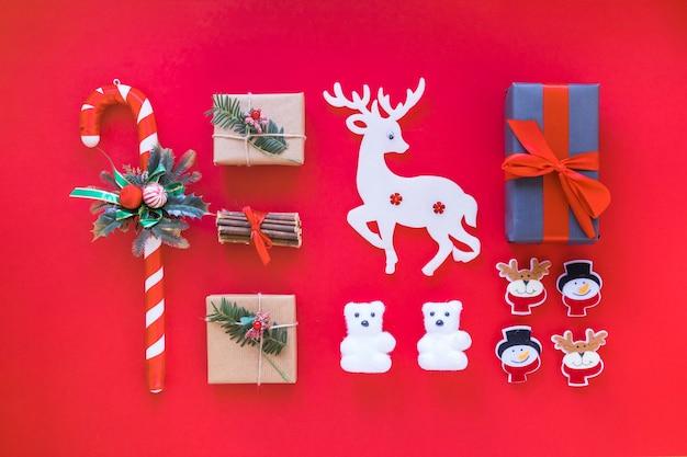 Composition De Noël De Boîtes-cadeaux Avec Canne En Bonbon Photo gratuit