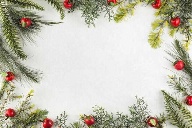 Composition de noël de branches aux pommes rouges Photo gratuit