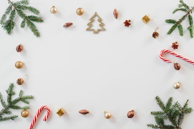 Composition De Noël Avec Des Branches D'épinette, Des éléments En Or Et Des Cannes De Bonbon Photo Premium