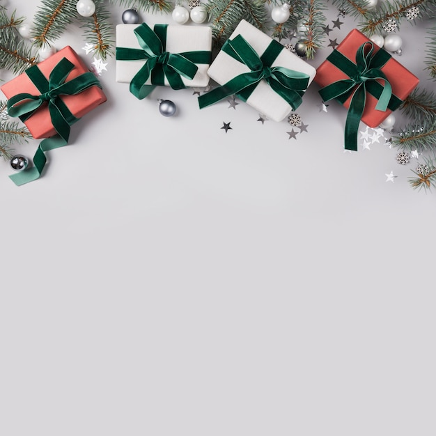 Composition De Noël Avec Des Branches De Sapin, Des Cadeaux Rouges Sur La Lumière. Carte De Noël. Vacances D'hiver. . Photo Premium