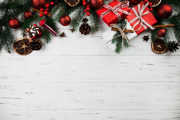 Composition De Noël De Branches De Sapin Et De Cadeaux Photo gratuit