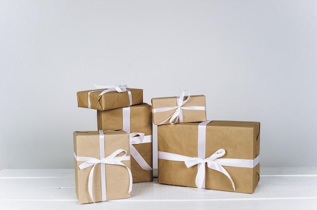Composition de noël cadeau de noël sur fond blanc Photo Premium