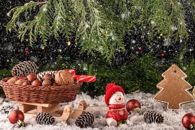 Composition de noël avec des cadeaux et des flocons de neige sur une table en bois. Photo Premium