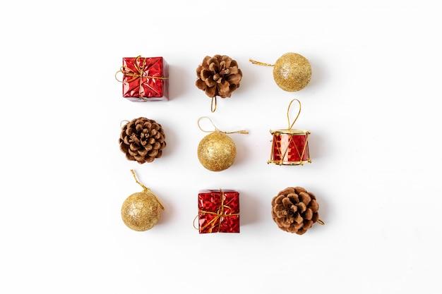 Composition De Noël. Carte Postale, Branches De Sapin, Décorations Rouges Et Vertes. Mise à Plat, Vue De Dessus Photo Premium