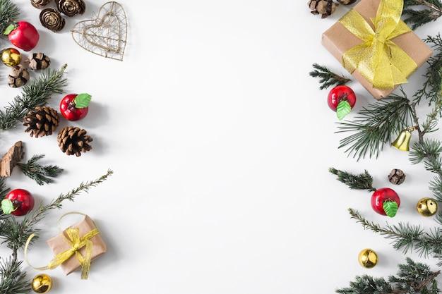 Composition de noël de coffrets cadeaux avec des branches Photo gratuit
