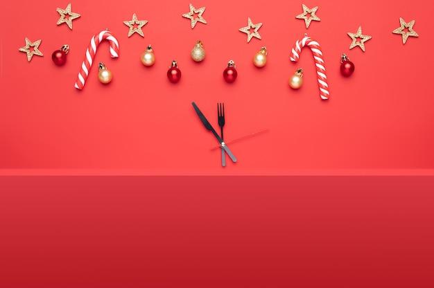Composition De Noël Comprenant De Beaux Jouets Ainsi Que Des Cadeaux Et Des Bonbons Sur Fond Rouge Photo Premium