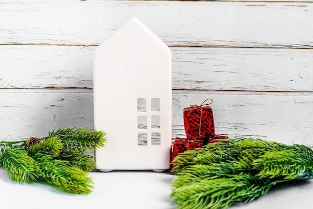 Composition De Noël Avec Des Jouets D'arbre Et Guirlande Sur Fond Bleu Photo Premium