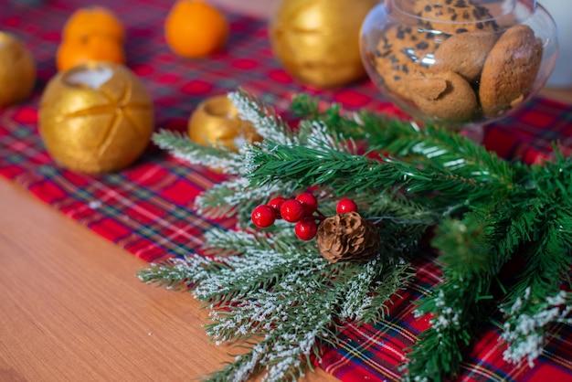 Composition De Noël Avec Des Mandarines Et Une Tasse De Thé. Décoration De La Maison Du Nouvel An. Photo Premium