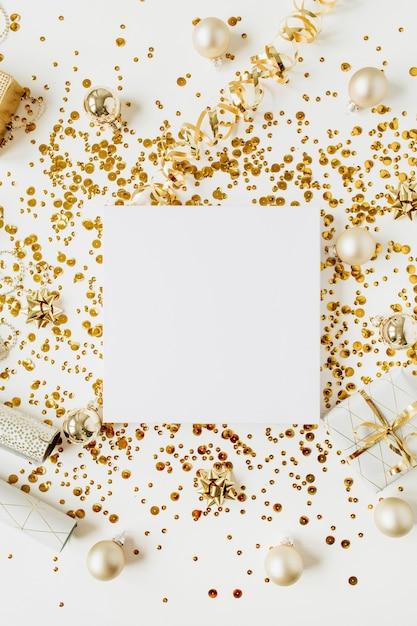 Composition De Noël / Nouvel An. Cadre De Couronne Vierge Avec Espace Copie En Boules De Noël, Boîte-cadeau, Guirlandes, Décoration Or Sur Fond Blanc. Mise à Plat, Vue De Dessus, Maquette De Vacances Festives. Photo Premium