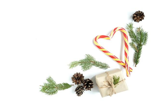 Composition De Noël De Pommes De Pin, Branches De Sapin, Bâtons De Noël, Coffret Cadeau. Vue De Dessus, Pose à Plat Photo Premium