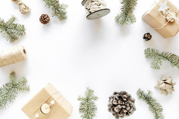 Composition De Noël Sur Une Surface Blanche. Coffrets Cadeaux Faits Main, Décorations De Noël, Branches De Sapin, Pommes De Pin. Concept De Bricolage à La Main. Mise à Plat, Vue De Dessus, Espace Copie Photo Premium